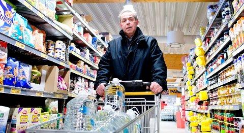 Owe Østrem og de andre beboerne i Kvitura har hentet drikkevann på butikken i tre år.