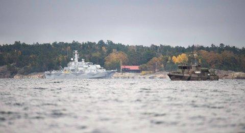 Her leter mineryddingsfartøyet «Kullen» etter det svenskene mistenker å være en fremmed ubåt i                                                    Ingaröfjärden utenfor Stockholm.