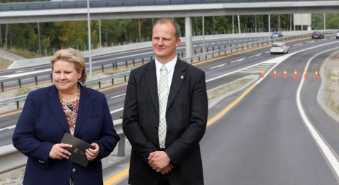 Vil vil måles på det vi gjør, skriver samferdselsminister Ketil Solvik-Olsen (Frp), her sammen med statsminister Erna Solberg (H).