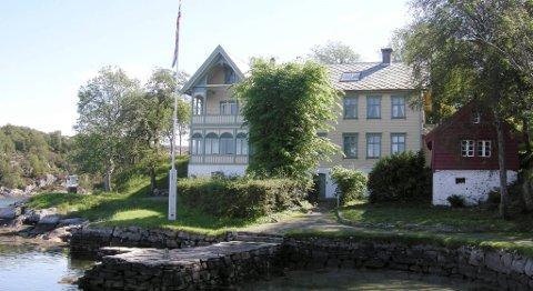 Skjerjehamn ligger svært idyllisk til ved innløpet til Sognefjorden. Nå er driften ved gjestgiverstedet stengt.