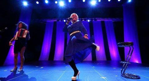 Roy Vorland (t.h.) vant Parodi Grand Prix i år som finsk artist med russisk postordrebrud (Irene Ahnéll) på slep. Han deltar også på jubileumsshowet.