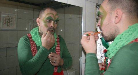 Alexander Peschina legger på mer grønnfarge som alven Dengus.