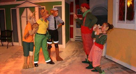 Alven Dengus (Alexander Peschina t.h.) planlegger å ødelegge julen sammen med sin hjelper Leska (Linnea Selvik Hellesøy) i «Jul i Vennebyen». Jumpi (Mariell Christensen) (t.v.), Ted (Kaja Kleppe Johannessen) og Apa (Marthe Naess Iversen) må ordne opp.