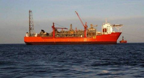 Like over det gule skiltet på skipssida er «turreten», eller navet, som gjer at Petrojarl Knarr kan rotere etter vindretninga men samstundes halde seg stille.