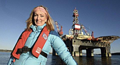 Kristin Schrøder foran boreriggen «Scarabeo 5». Hun har kortere vei på jobb enn de fleste plattformarbeidere..