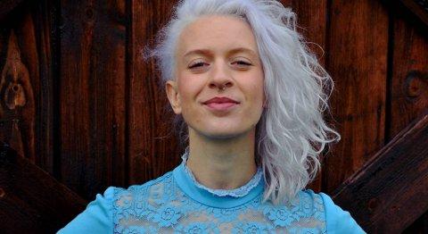 Har hun laget årets plate? Bergensbosatte Thea Hjelmeland fra Førde er med på tre av BAs musikkanmelderes liste over de beste platene i 2014.