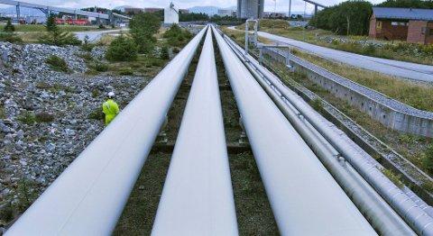 Råoljen som strømmer gjennom disse oljeledningene på Mongstad har gått kraftig ned i pris det siste halvåret. Det tjener Statoils raffineriindustri på.