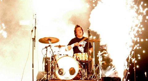 Bandet er kjent for sine pyroeffekter, her Tarjei Strøm i 2004.