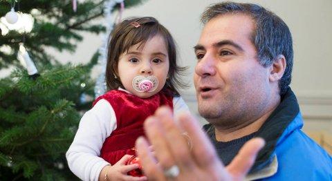 Jihad Al Kadri med datteren Nora (1 år og 5 måneder) på armen. De gleder seg begge til å feire jul.