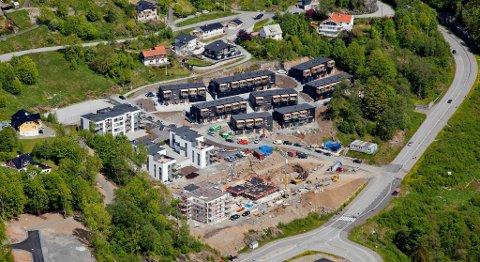 Når terskelen for å komme seg inn på boligmarkedet er for høy og innbyggerveksten i byene er stor, får vi både boligmangel og en utvikling som kan gi svært uønskede økonomiske forskjeller, sriver Filip Rygg i dette innlegget. Dette bildet er fra et boligfelt i Sædalen i Bergen.