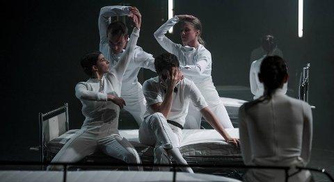 Carte Blanche-danserne beveger seg i og rundt sykehussenger.