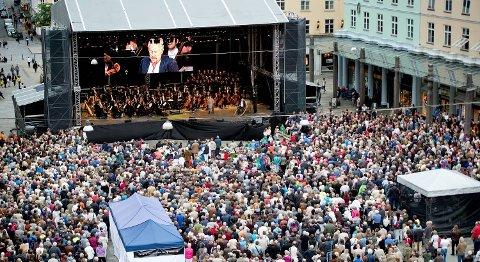 Harmonien satser ikke bare på utekonserter, fra torsdag kan du sitte hjemme og se og høre orkesteret på nett.