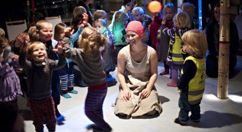 """LEK: Danser Matilde Dresner leker med publikum etter barneforestillingen """"Mig Dig Os"""" på Logen Teater i går. F.v. Joel Bjelke Bernsen (2) og storesøster Olivia (3) er fascinert. FOTO: VIDAR LANGELAND."""