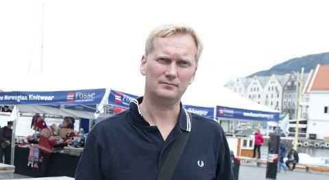Gruppeleder i bystyret, Harald Schjelderup, er ikke fornøyd med sine egen fylkestingsgruppe som samarbeider med Høyre.