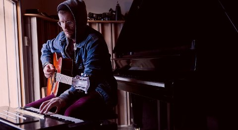 Odd Martin Skålnes fra The Alexandria Quartet lager elegant, nedstrippet pop og våger å gå tett på.