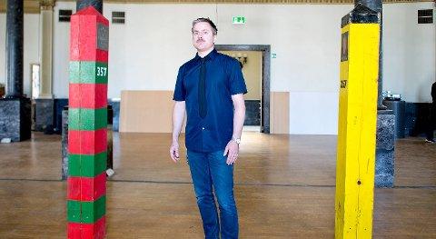 -Det terrenget jeg jobber i er nettopp i et grenseland mellom kunst og samfunnet utenfor, sier Traavik ved grensestolpene som har stått mellom Russland og Norge.