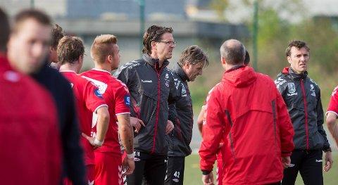rann-trener Rikard Norling omgitt av trenere og spillere under treningskampen mot Fana på Nymark mandag . Når det nå skal kuttes 15 millioner, pluss ti til ved et nedrykk, spørs det om staben hans blir like stor neste år
