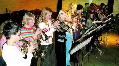 Det er ingenting å si på rekrutteringen til Utskarpen skolekorps. Her er de  yngste deltakerne  i sving.