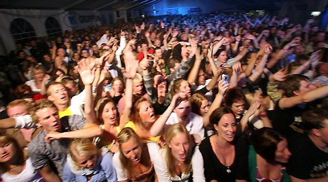 SILD I TØNNE: Det var 2000 menneske i Festivalteltet då Kaizers Orchestra avslutta FotballFlora 2008 laurdag kveld.