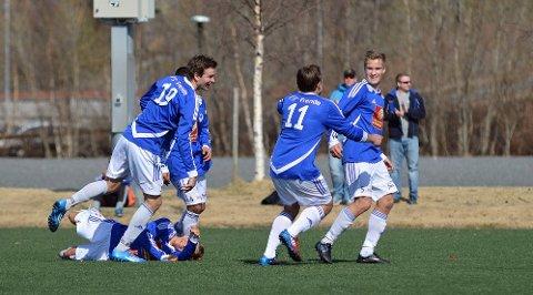 UTLIGNING: Mosjøen jubler etter at Joakim Finsås har satt inn 2-2.