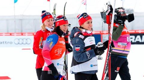 TO ROMERIKINGER PÅ PALLEN: Ragnhild Haga (t.v.) og Heidi Weng (t.h.) ble henholdsvis nummer tre og to på åpningsprologen i Tour de Ski. Marit Bjørgen (midten) vant.