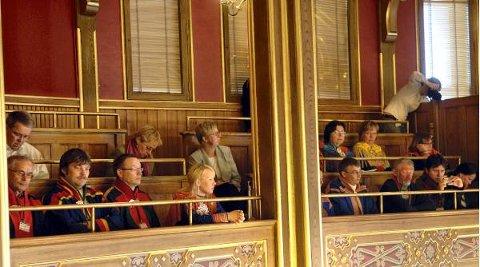 Mange samer satt på galleriet i Stortinget under debatten om Finnmarksloven. En ny veileder skal sørge for at minoritetene ikke blir satt på sidelinjen når staten utreder saker som berører deres interesser.