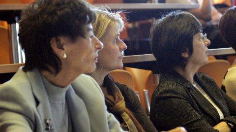 PÅ FØRSTE RAD: Aksjonistane sat på første benk, her er Ingrid Astor (f.v.), Heidi Hjelmeland og Vera Larsen i Støttegruppa for sentralsjukehuset.