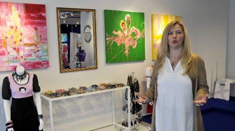 FARGERIKT: Vibeke Lillefjære falt for lokalene i Henrik Ibsensgate 3, der hun stiller ut 74 malerier. I kveld blir det åpningsfest her.