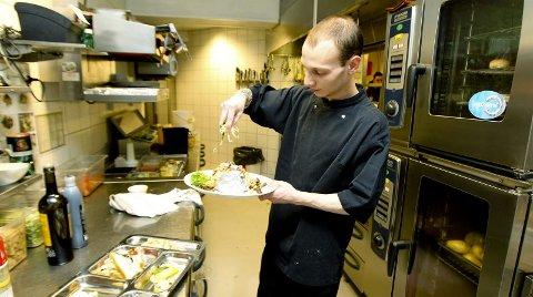 Nytt kjøkken, gammel favoritt. Mon Ami oppgraderte restauranten og byttet ute hele kjøkkenet i 2010. E n investering på flere millioner. Kokk Benjamin Fure legger siste hånd på verket på en av de hundrevis av bakte poteter som forlater kjøkkenet hver uke.