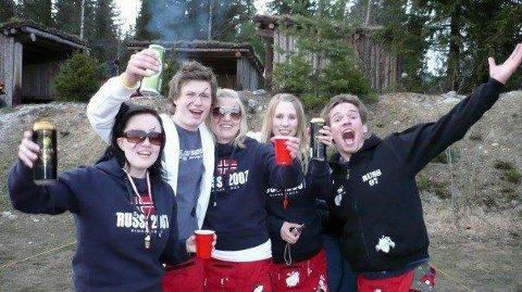 Her er russevenner på landstreff på Lillehammer. Hanne Aursøy (t.v.), Lars Erik Olimb, Guro Vågen Svendsgaard, Linda Mekvik Eriksen, Torbjørn Melbye. (Foto: Linn Inger «Speider'n» Angell.)