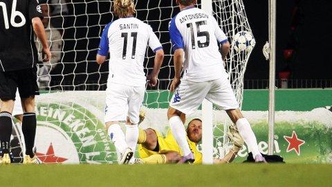 RBK-keeper Daniel Örlund må se ballen godt klistret på innsiden av nettmaskene.