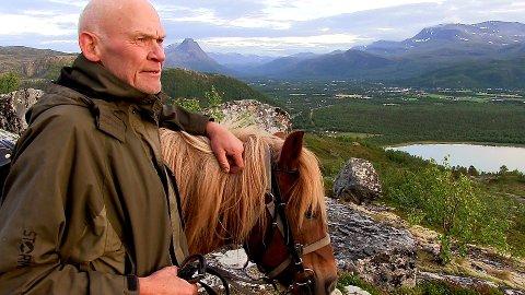 HESTEKAR: Geirmund Vik (70) har brukt over 40 år av sitt liv til å bevare og skape interesse for den nordnorske hesterasen. Da han kom til Nord-Troms var det bare 50-100 hester igjen.