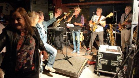 Stor stemning: Hæla i taket ifra første dans da Ole Ivars spilte opp på Fredriks Pub fredag kveld. Foto: Asbjørn Risbakken