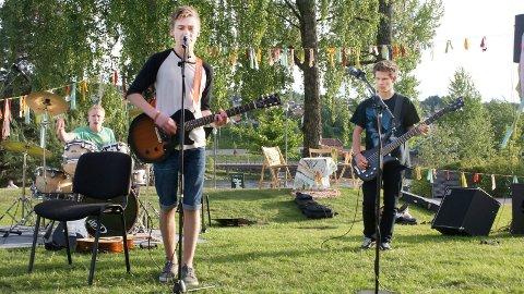 GLEDER SEG: «The Worms» ser fram til å delta på UKM-festivalen. Her fra kulturskolens konsert i Byparken. F.v. Jon Anders Venger (14), Elias Fredriksen (13) og Endre Nesje (15).