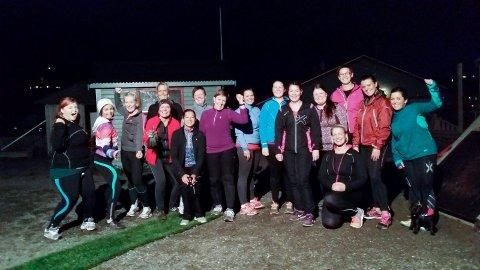 Mange medlemmer: På under en måned har Aina Elisabeth Olsen og 24Fitclub Svolvær fått 30 medlemmer. Her er flere av dem avbildet på en av klubbens treninger.Foto: Privat