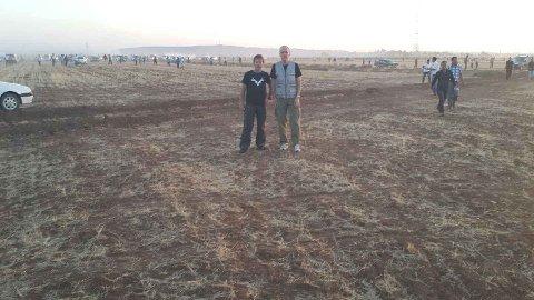 Svein Olsen og Erling Folkvord i Rødt. I bakgrunnen tåkelegger tyrkiske soldater grensen med tåregass.