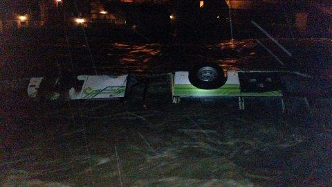 Denne bussen ble tatt av vannmassene da Opoelven gikk over sine bredder natt til onsdag. Bildet er tatt i 04-tiden.