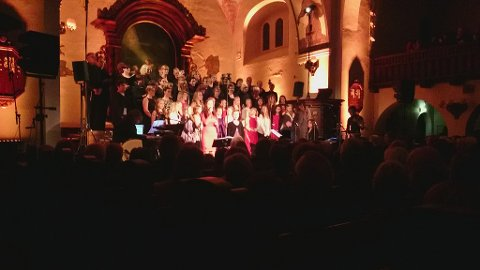 Kristiansund Soul Children kom på scenen på slutten. Linnea Øien Aandahl og Ella Kvalvik var stødige solister på «En krybbe er vugget», etterfulgt av en  duett mellom Sophie Amalie Strøm og Astrid Røkkum-Neergård som sang «Adventsnatt».