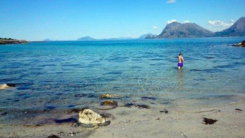 GLAD I HAVET: Anne Sofie Sand Mathisen anbefaler å utnytte bademulighetene på Helgeland. Her fra Slåttvika på Dønna. Foto: Anne Sofie Sand Mathisen