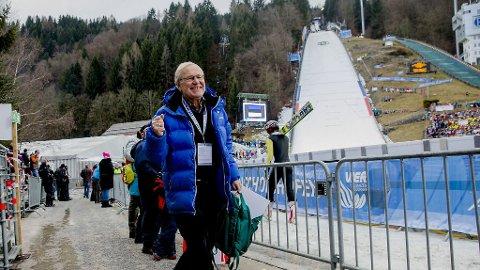 RART: NRK-veteran Arne Scheie må i år se den tysk-østerrikske hoppuka fra sofaen. Her var han på vei for å kommentere sitt siste renn i hoppuka forrige sesong. Foto: Stian Lysberg Solum (NTB scanpix)