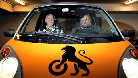 KREVER ENDRING: I gårsdagens Romerikes Blad kom det fram at norske ungdommer velger små biler, mens svenske ungdommer velger store biler. Leder Håkon Glomsaker (t.h.) ved avdeling for politikk og forbruker i NAF og seniorrådgiver Tor Stenmark i NAF krever nå en avgiftsendring som gjør sikre biler billigere. Her sitter de selv i en elbil, som er unntatt engangsavgift.FOTO: MARTIN LUNDSVOLL