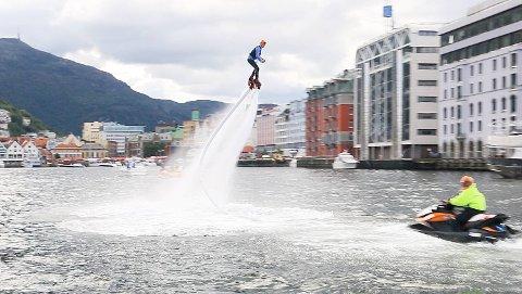 Kenth-Magne Vik (19) svevde høyt og stupte ned på vei inn til Vågen under årets Bergen Poker Run.