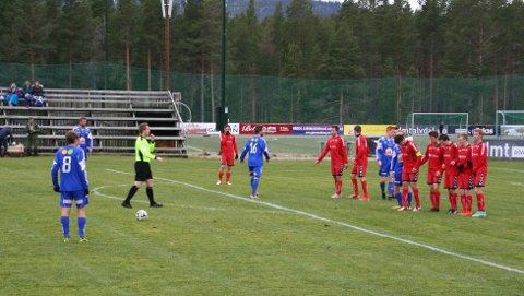 Kjetil S. Thoresen prøver seg her med frispark i oppgjøret mot Fet.