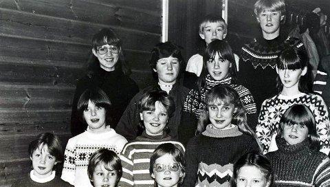 Her er Barnekoret ved Åsskard kyrkje eit av dei første åra på 1980-talet. Som namnet seier, var koret knytt til kyrkja, men deltok ved alle slags tilstelningar i heimbygda og nabobygdene. Biletet er truleg frå 1982, eit år da dei unge songarane var på det mest aktive og drista seg på til dels krevande oppgåver. I januar gjorde dei opptak i Stangvik kyrkje for «Musikkbussen» i NRK og fekk høyre seg att på riksnettet med blant andre «Ave Verum» av Mozart og «Brødet frå himmelen» av Cesar Franck. Same våren fekk Åsskard kyrkje nytt orgel, og songstrupene kasta glans over opningskonserten saman med Henning Sommerro og det vaksne kyrkjekoret. I fremste rekka på biletet står Elisif Anita Sæthervik, Gunnar Jostein Bøe, Reidun Oddlaug Sæther og Tanja Heggem. Andre rekkje: Nora Bøe, Toril Bøe, Ellen Iren Snekvik og Oddny Settem. Bak desse finn vi Lilly Lillegård Bævre, Turid Sættem, Britt Solem og May Elin Bæverfjord. Øvst står Edvard Aasbø, John Nonnon Heggem og Jøran Sættem. (Bernt Bøe/Bøfjorden Historielag)