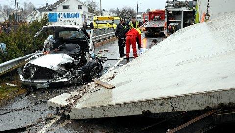 Personbilen fikk voldsomme skader i møtet med 20 tonn betong.