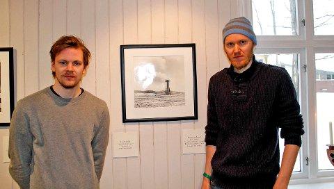 Felles historie fra farfar: Gir et styrket samarbeid mellom fotograf Tor Simen Ulstein og forfatter Geir Stian Ulstein. Her foran bildet Gross Rosen.