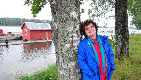 HENTER INSPIRASJONEN HER: Turid Lisbeth Nygård går tur hver morgen med hunden sin langs lensene. Fascinasjonen for elvene, menneskene som bodde her og fløtingen av tømmer har inspirert henne og en rekke andre låtskrivere og musikere. Resultatet er å høre i «Musikk fra elva». foto: mariann torsvik
