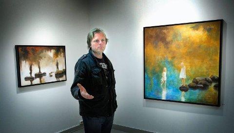 """FORDYPNING: Lars Løken har kalt utstillingen i Moss for """"Ved havet"""" der han kretser om samme motivet hentet fra lek på  rulle   steiner i sjøkanten. (Foto: Jarl M. Andersen)"""