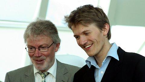 RADARPAR. Stig Nilsson har fått med seg sonen Anders Kjellberg Nilsson som medansvarleg. Her helsar dei på ein del gjester rett før festen set i gang. Foto: Johs H. Sekse