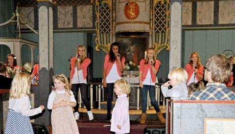 Masse dans, sang og godt humør da Sevenjentene besøkte Vegårshei kirke i dag.